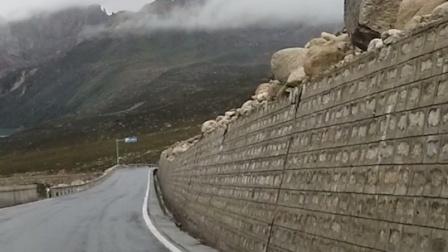 去西藏的路上,看见山上的石头都快掉下来了,路过胆战心惊?