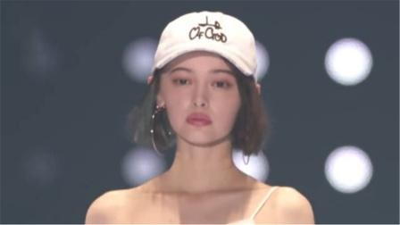 日本模特走秀满脸不高兴,不过摘下帽子的那秒,网友:爱了爱了!
