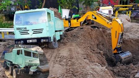 卡车前往工地和挖掘机一起运输沙土