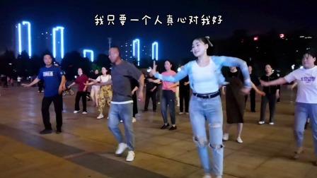 这年头不会跳舞都不好意思来广场了