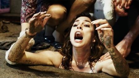 美女之身来酒吧,却因病毒被困酒吧,为活命人性大爆发,人性电影