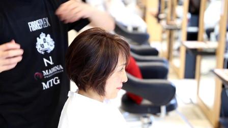 49岁女性嫌波波头不够时尚,到理发店继续剪短直接染,完全不一样