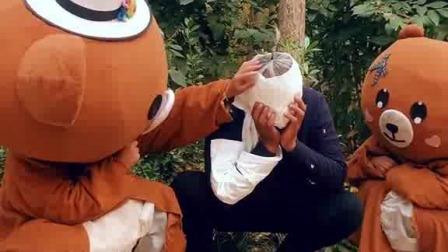 大爷看大熊小熊踢球,没想到意外发生了,大爷太难了……
