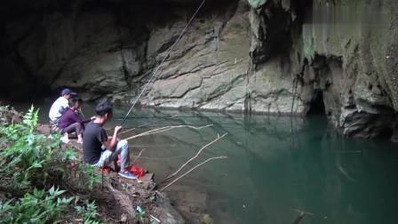 农村小莫:小莫跟着老奶奶去山洞里面钓鱼,别看奶奶年龄大,钓鱼是一把好手