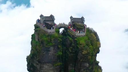 贵州大山上有一座真正的天空之城,这里就是梵净山的红云金顶,如此险峻的山峰上古人是如何把房子建上去的?