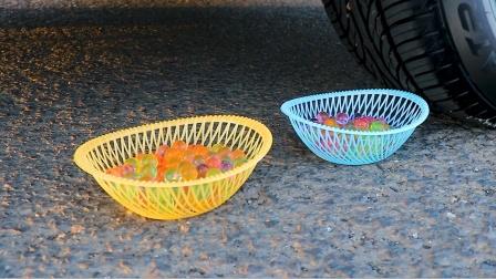 把玩具、积木、水宝宝放在车轮碾压,勿模仿