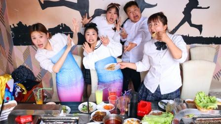 同学们来自助餐吃烤鱼,没想到竟吃出了美人鱼