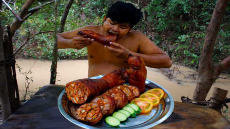 草丛中的猪蹄肉真肥,砍两只烤熟,配酸辣酱吃真过瘾