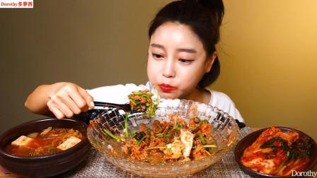 金枪鱼拌饭里放入嫩萝卜和芹菜一起搅拌,吃上一口味道太棒了!