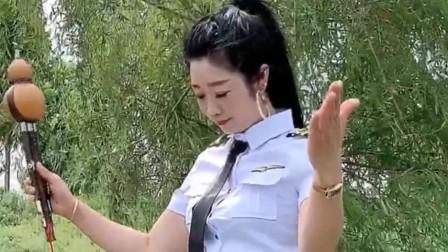 美女葫芦丝吹奏《军中绿花》,才华横溢,好听极了!