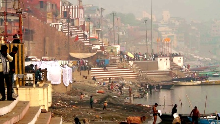 早上的印度恒河,实拍底层印度人的真实生活,直接在河边洗漱!