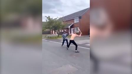 英国:两名男子街道上用砍刀互砍,周围民众被吓得尖叫