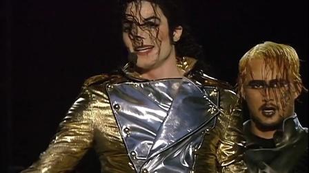 迈克尔杰克逊身旁的伴舞演员都是世界顶级舞蹈家,天王不愧是天王