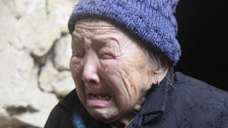 虐心纪录片:儿子炒股欠债75万跑路,留67岁母亲每天工作15小时还债