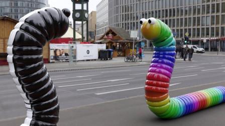 贪吃蛇来到现实世界中,两条一起碰面,结果会发生什么?
