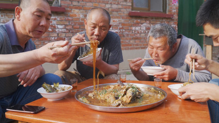 阿远今天做铁锅炖鱼,清江鱼、嘎鱼配粉条,老爸咝溜吃得贼香