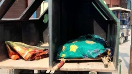印度太缺救护车,垃圾车运尸照疯传,她没染疫却无人敢帮