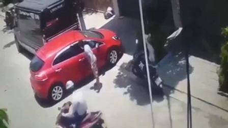 女司机将车从车库倒出时遭男子咒骂侮辱 视频内容令网友气愤