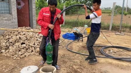 水井打好了,父子俩买个水泵放进去,以后浇地喂羊都方便了