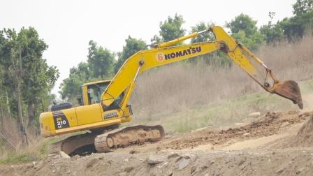 挖掘机施工表演,挖土机修整马路,宝宝爱看的少儿益智工程车