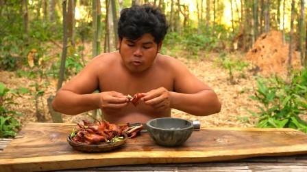 柬埔寨山里的鹌鹑肉真肥,柬埔寨小伙打几只油炸,吃起来真鲜