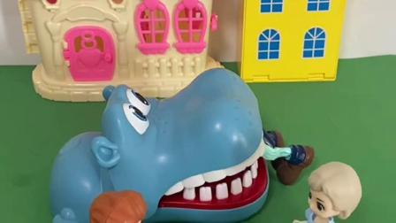 趣味玩具:白雪把僵尸从鳄鱼嘴巴里救了出来!