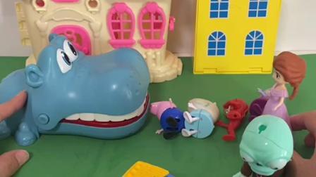 趣味玩具:僵尸欺负小朋友们,大鳄鱼来收拾僵尸!