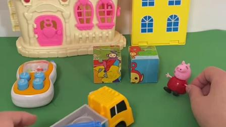 趣味玩具:佩奇家门口有两块大石头,让卡车过来运走!