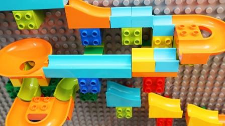 拼搭彩色积木弹珠跑道模型玩具