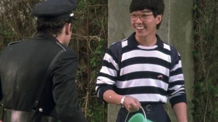 元彪看美女入迷,一桶水泼警察脸上都不知道,转过头来还笑眯眯的