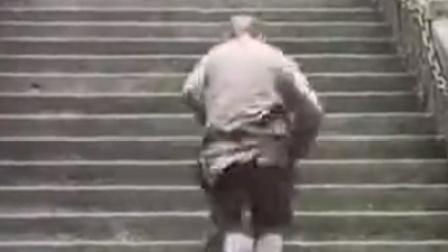 僧人几秒走过阶梯,难道有真功夫?网友:这才叫身轻如燕