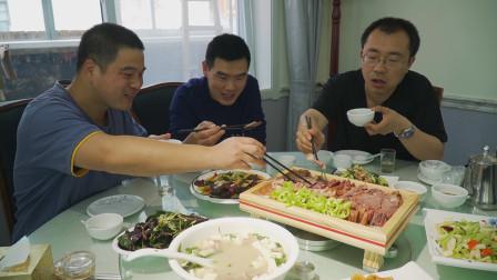 """阿远约俩朋友吃""""带皮驴肉"""",饭店生意火爆,驴肉带皮吃才够味"""