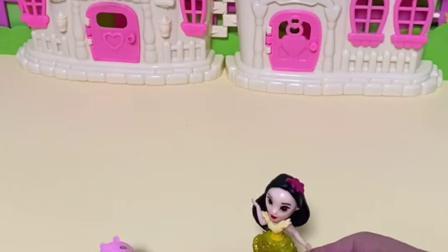 趣味玩具:乔治认为贝尔公主是白雪,贝尔生气了!