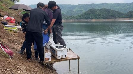 这才是真正的爆护,3个人帮忙抬鱼获,终于破纪录了