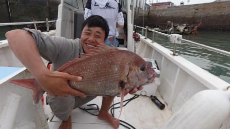仅仅两条鱼就价值5000多,相当于正常人一个月的工资,真赚钱