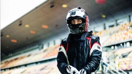 银发赛车手吴亦凡,自夸车技很棒操作猛如虎