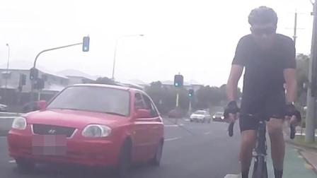澳大利亚:一辆汽车内乘客试图用棍子打倒一名骑车男子