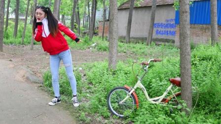 虎妹看到一辆会动的自行车,小伙伴却不相信