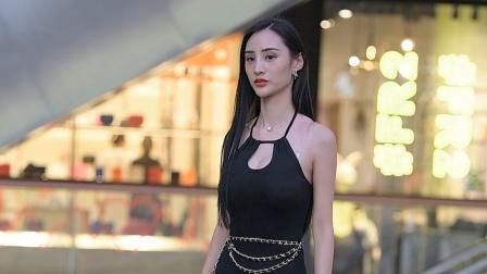 透明尖头细跟单鞋,搭配黑色开叉长裙