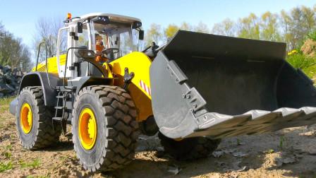 装载机和卡车运输沙土