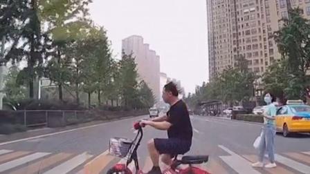 私家车斑马线前停下礼让骑车男子,不料下一秒对方就被另一车撞飞