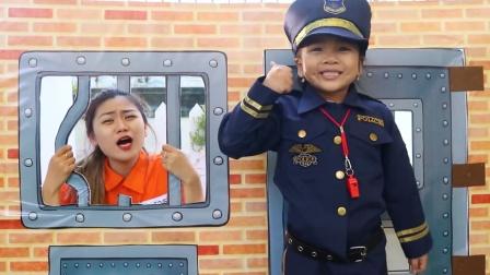 姐姐越狱失败,萌娃小警察把姐姐抓了回来