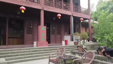 四川广元千佛崖景区 山东小夫妻没舍得进去