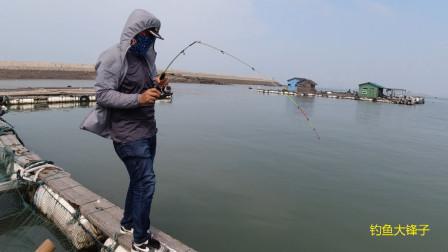 阿锋要卖船,让小黑带客户看船顺便钓鱼,没想到还钓到大鱼