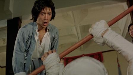 混混都重伤了,成龙还让混混拿棍子打他,还保证不还手