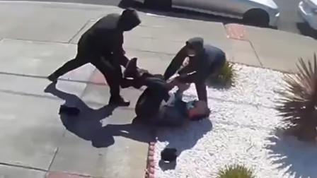 美国亚裔老人家门外被2名男子抢劫,不停呼救无人理