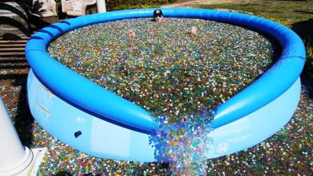 把100万个水宝宝倒进泳池,会怎么样?场面一度失控!