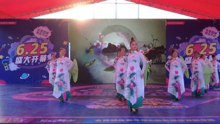 杨柳缠绵雨的情意:精彩伞舞-《江南雨》
