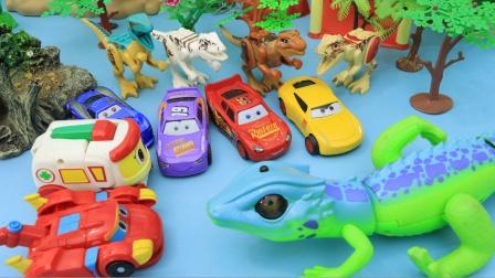 小汽车们在恐龙谷开心的玩耍
