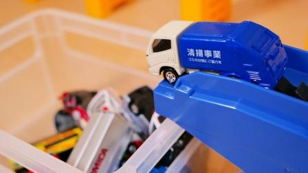 彩色汽车玩具通过坡道自动进入箱子
